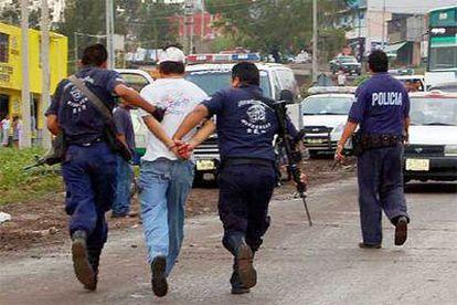 La policía de Michoacán detiene a un individuo que había secuestrado a un tendero.