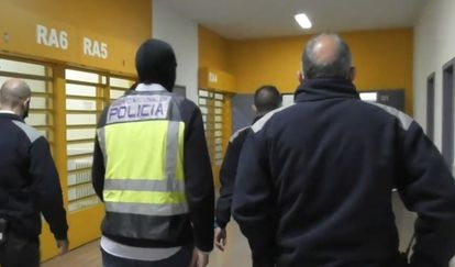 Funcionarios de prisiones y un agente de la Policía Nacional, este jueves en la cárcel de Murcia II instantes antes de comunicar su detención a un preso yihadista.