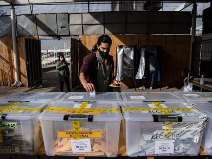 Un hombre vota en Santiago en las elecciones para elegir constituyentes, gobernadores y alcaldes en Chile, el 16 de mayo de 2021.