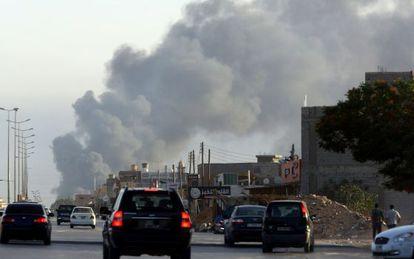 Una columna de humo, el jueves en Trípoli, por los choques armados.