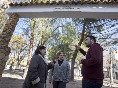 Miembros de Ahora Casasimarro en el parque Ángel Rodríguez Leal.