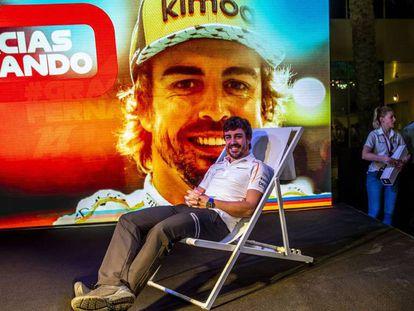 Fernando Alonso posa con una imagen suya en el circuito de Yas Marina.