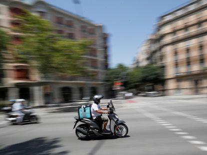 Un repartidor de Deliveroo durante una entrega de un pedido, en 2019 en Barcelona.