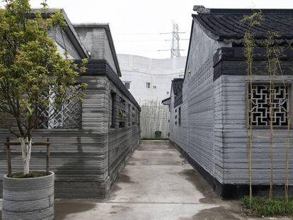 Vista de los diferentes edificios tradicionales chinos de la primera generación de Winsun. En las paredes sin revestimiento se puede apreciar las diferentes capas que la impresora crea con la 'tinta' de cemento.