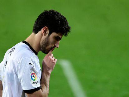 Guedes se lleva la mano a la boca, pidiendo silencio, en la celebración del gol de la victoria.