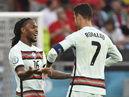Renato Sanches y Cristiano Ronaldo celebran la victoria 3-0 de Portugal contra Hungría en la primera fecha de la fase de grupos de la Eurocopa.