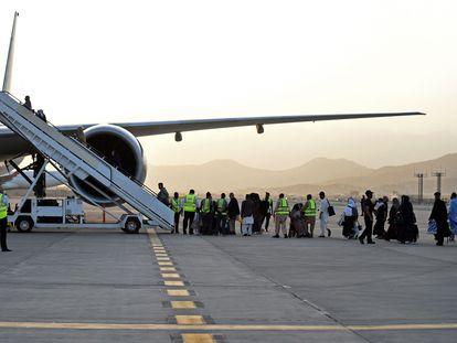Los pasajeros de Qatar Airways embarcan este jueves en el primer vuelo internacional operado en el aeropuerto de Kabul tras la salida de las tropas estadounidenses el 30 de agosto.
