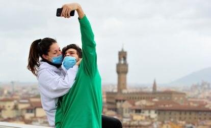 Una pareja se hace un selfi, el viernes en Florencia.