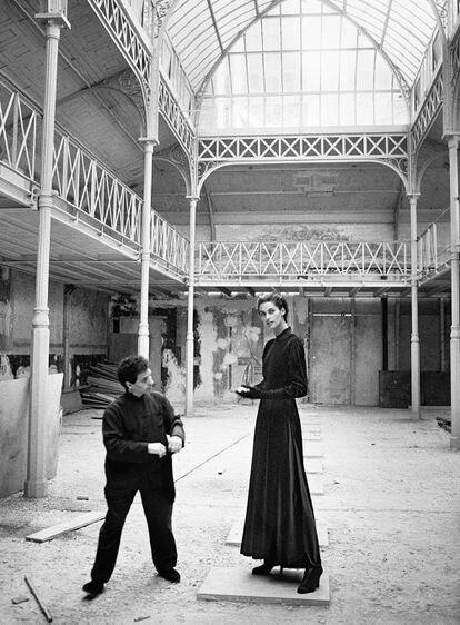 Azzedine Alaïa (1935-2017), junto a la modelo Vanessa Duve, en el cuartel general del diseñador en París en 1989.