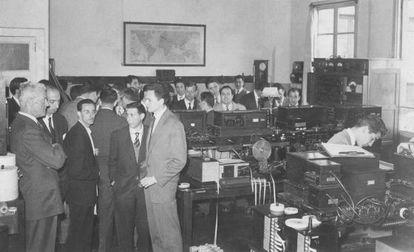 Trabajadores del cable (a la izquierda, Roderick Price Mann) en la oficina de la Eastern Telegraph Company en Vigo