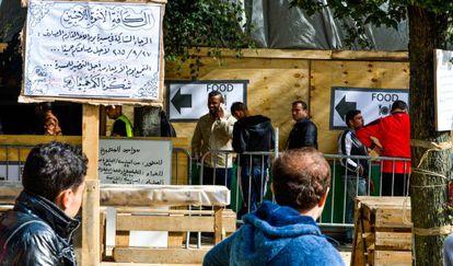 Los refugiados del parque Maximiliano de Bruselas han organizada una cocina para el campamento.
