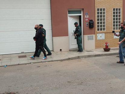 La Guardia Civil detiene a uno de los implicados en una red de narcotráfico, este martes en La Mojonera (Almería).