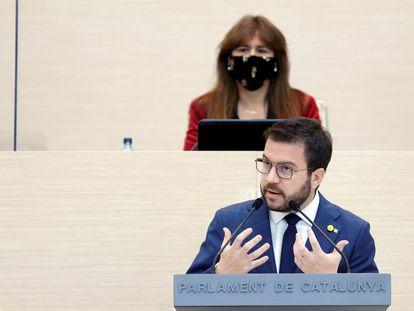 Pere Aragonès, candidato de ERC a la presidencia de la Generalitat, y Laura Borràs, dirigente de Junts y presidenta del parlamento catalán.