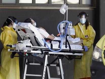 Un enfermo de covid-19 es trasladado al edificio delta del hospital de Bellvitge, donde se ingresan exclusivamente pacientes con síntomas o enfermos por la pandemia.