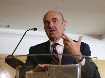 El ministro de Economía, que de momento no abandonará su cargo en España, se enfrentará al candidato irlandés, Philip Lane