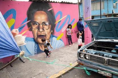 Niños juegan al lado de un mural en Xalpa, Iztapalapa, el 8 de septiembre.