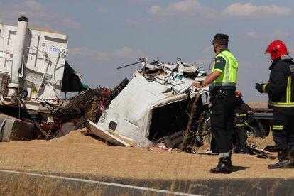 Efectivos de la Guardia Civil y de los servicios de Emergencia en la carretera SA-105, a la altura de la localidad salmantina de Macotera, donde este lunes fallecieron dos personas.