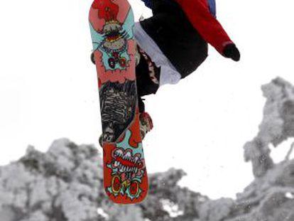 Uno de los participantes en el III Campeonato de saltos de esquí y 'snowboard' en Navacerrada.