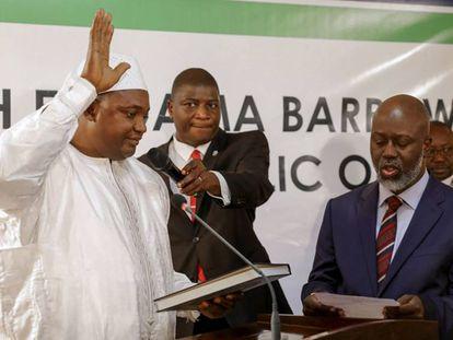 Adama Barrow es investido presidente de Gambia este jueves en la embajada en Senegal.