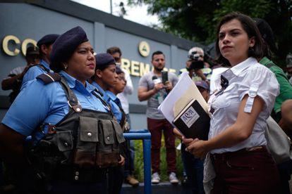 Francys Valdivia, presidenta de la Asociación Madres de Abril, encara a agentes de la Policía Nacional frente a la Corte Suprema de Justicia de Nicaragua, en julio de 2019.