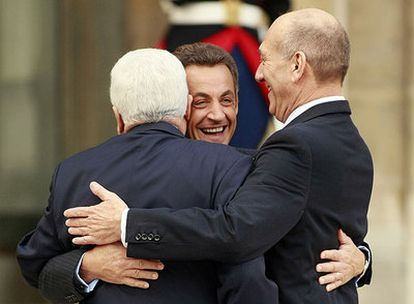 Mahmud Abbas (de espaldas), Nicolas Sarkozy (de frente) y Ehud Olmert se abrazan antes de la reunión en el Elíseo.