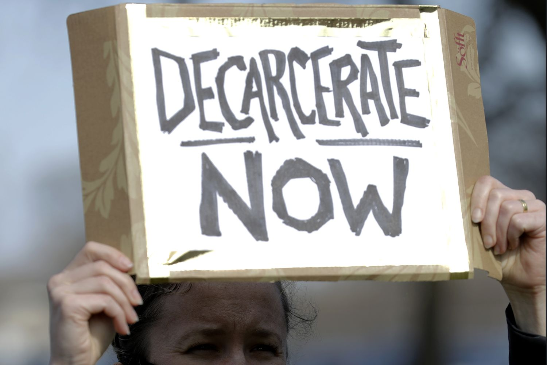 Una mujer pide la liberación de presos ante una cárcel en Chicago.