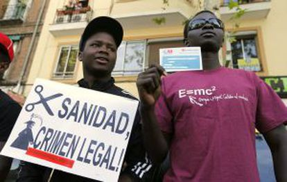 Organizaciones y colectivos frente al Hospital Gregorio Marañón de Madrid, contra la retirada de la tarjeta sanitaria a los inmigrantes.