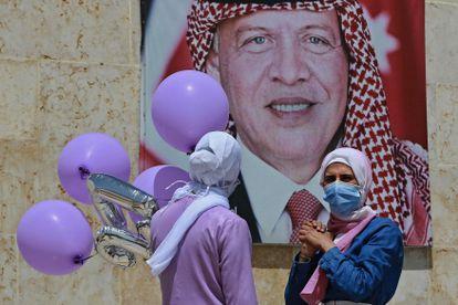 Dos mujeres pasan ante una imagen del rey Abdalá, el martes en Amán.