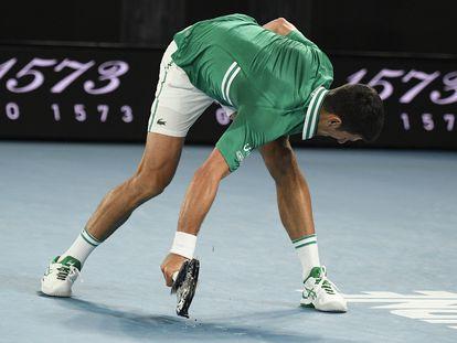 Djokovic estampa la raqueta contra el suelo de la pista central, este martes en Melbourne.