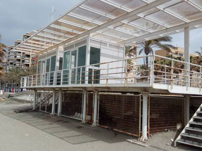 Estructura en una playa de Almería con cierres metálicos para evitar que se use como refugio.