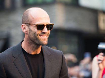 El actor Jason Statham demuestra que la calvicie no está reñida con el estilo durante el estreno de 'Fast & Furious 7' en China (2015).