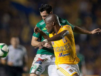 Valencia lucha por el balón frente a González.
