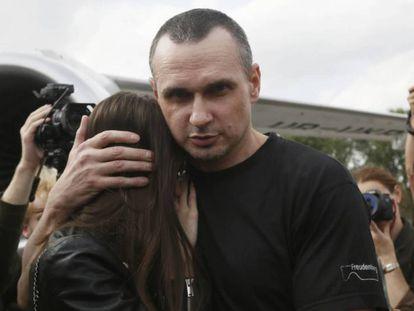 El cineasta Oleg Sentsov, con su hija, tras la llegada al aeropuerto ucranio de Boríspol. En vídeo, imágenes de los presos liberados tras aterrizar en Kiev.