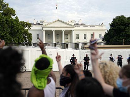 Manifestantes contra los abusos policiales racistas, en el exterior de la Casa Blanca.