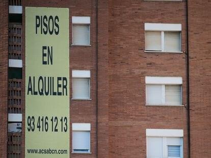 Anuncio de alquiler de pisos en un edificio de Barcelona, el pasado 19 de enero.