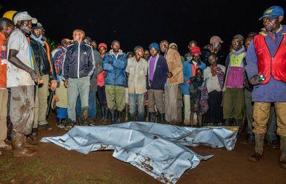 Curiosos y rescatadores junto a dos cuerpos recuperados en Solai esta noche.