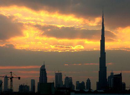 La torre Khalifa, con 818 metros, se alza sobre el cielo de Dubai.