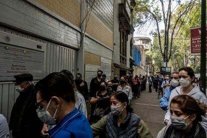 Votantes hacen fila para votar en un casilla de la colonia Roma de Ciudad de México.