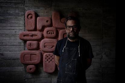 Pedro Reyes, el escultor de la obra 'Tlali', con otra de sus esculturas en su casa de Coyoacán.