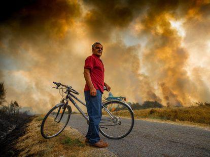Incendio forestal en Cualedro (Ourense), este lunes.