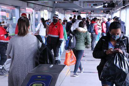 Usuarios del Transmilenio en Bogotá durante la pandemia.