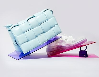 Bolso azul de Bottega Veneta, zapatilla de Louis Vuitton y bolso tamaño mini de Jacquemus, todos de segunda mano para la plataforma de compraventa Vestiaire Collective