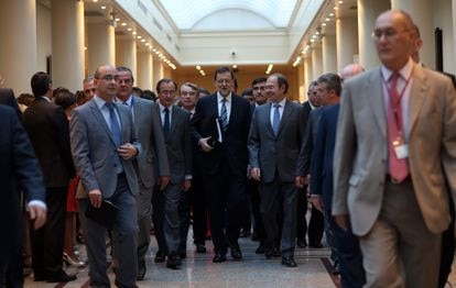 En el centro, el expresidente del Gobierno Mariano Rajoy entra en el Senado acompañado por Alfonso Alonso (izquierda) y Pío García Escudero.