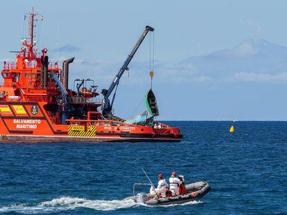El buque de Salvamento Marítimo Guardamar Miguel de Cervantes recoge varias pateras vacías, que van acumulando en el muelle de Arguineguín (Gran Canaria), hasta su posterior destrucción.