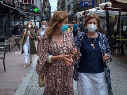Dos mujeres caminan con mascarilla por una céntrica calle de Ourense, este viernes.