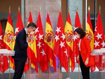 Sánchez y Ayuso se saludan antes del comienzo de una rueda de prensa, el pasado septiembre en Madrid.