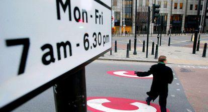 Un hombre cruza una calle dentro del 'Congestion Charge Zone', en Londres.