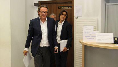 Higini Cierco (izquierda) sale de la sala tras declarar ayer ante el juez.