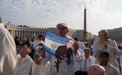 Varios asistentes a la canonización del arzobispo de San Salvador Óscar Arnulfo Romero, este domingo en la plaza de San Pedro, en el Vaticano.