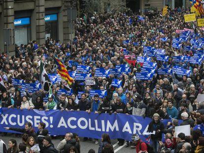 Miles de personas participan en la manifestación en favor de la acogida de refugiados en Barcelona, el pasado sábado.